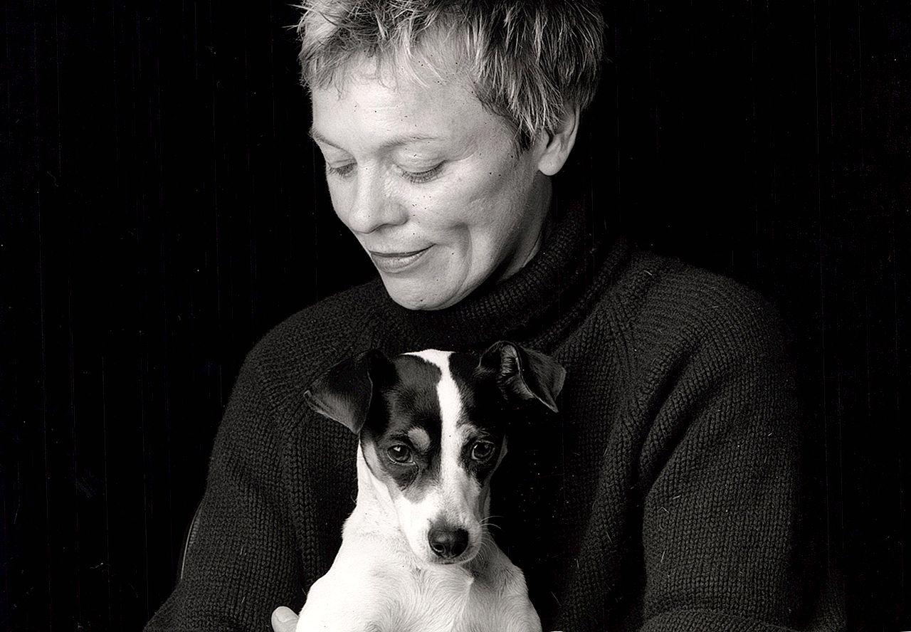 Laurie Anderson speelt concert voor honden At Times Square